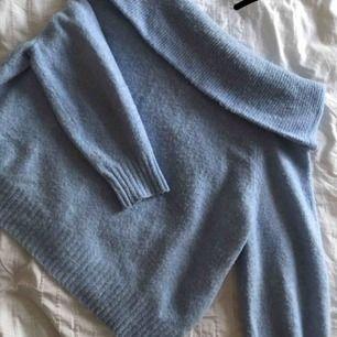 Mysig stickad off shoulder tröja i en superfin ljusblå färg. Kan fraktas för 59 kr extra eller mötas upp i Lund/Malmö