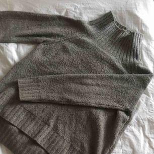 Oversized stickad tröja från H&M   Kan fraktas för 59 kr extra eller mötas upp i Lund/Malmö