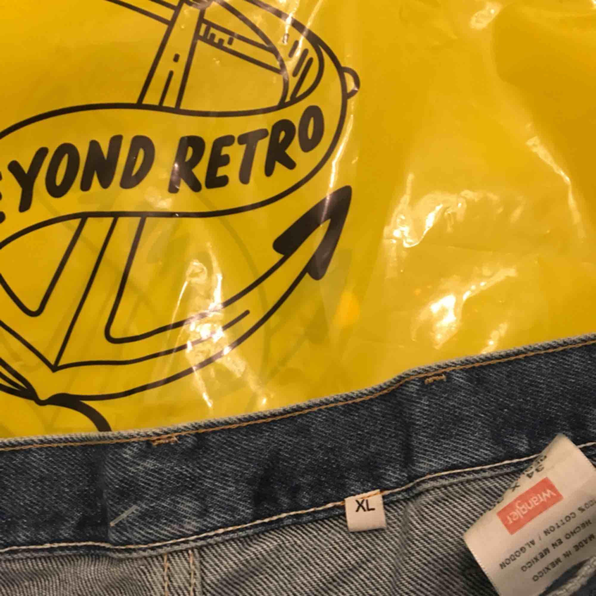 Helt oanvända boyfriend jeans från Wranger, men köpt på secondhand.  Står storlek XL men skulle klassa det som L. Jeans & Byxor.
