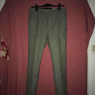 Kostymbyxa gjord av hög kvalités Shetland Ull från Acne Studios. Byxorna var med i Acnes AW15 kollektion och köptes nya för 3400kr. Använda 3-4 gånger. 10/10 condition.