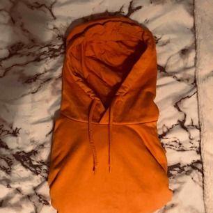 Jättefin och skön orange/gul hoodie från Cubus!!Använd fåtal gånger, frakt tillkommer i priset. Priset kan diskuteras vid snabbt köp!
