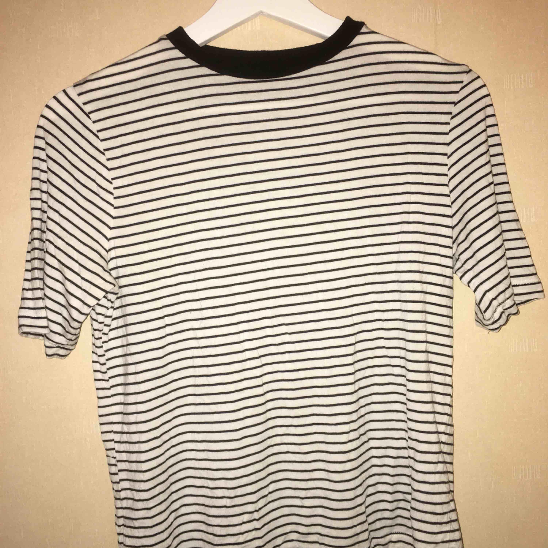Svart och vit randig t-shirt från Carlings, ganska stor i storleken! . T-shirts.