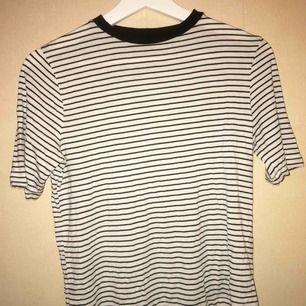Svart och vit randig t-shirt från Carlings, ganska stor i storleken!
