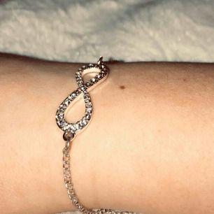 """Armband med """"evighets tecknet"""" köpt för ett tags sen men tyvärr inte kommit till användning. Priset kan diskuteras vid snabbt köp!"""
