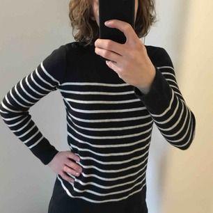Lagom varm och mjuk tröja från franska Petit bateau, 55% kashmir 45% bomull. Passar dig som har stl S eller 36. En underbar tröja som jag helst inte vill sälja men den är aningen för liten för mig som har S/M. Frakt tillkommer.