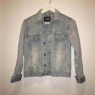 Cheap monday jeans jacka! Frakt ingår.