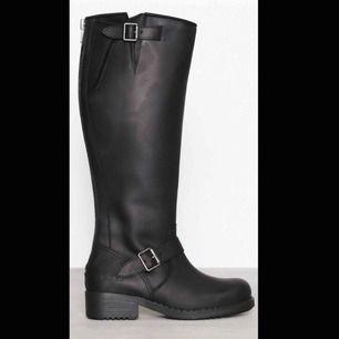 """Hej! Säljer nu mina svarta höga Johnny Bulls med silver detaljer då dom inte kommer till användning! Använda fåtal gånger och i bra skick, inget trasigt osv. """"Dam skor"""". Modell: Johnny Bulls High Boot. Storlek 36. Ordinarie pris: 2000kr."""