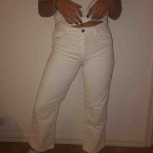 Vita manchester byxor från Zara. Ganska högmidjade och slutar precis vid ankeln. Använda ett tiotal gånger. I väl skick.