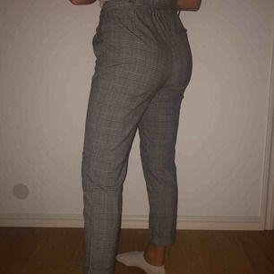 Kostym byxor från Zara. Använda men i mycket väl skick. Högmidjade med snörning, slutar över ankeln.