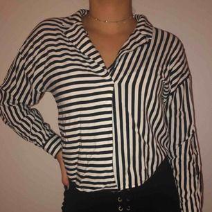 Skjorta utan knappar från Forever 21. Skjortan är ihopsydd. Använd ett par gånger men i toppskick.