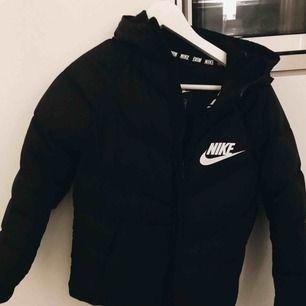 Säljer min jacka från Nike. Köpt för 900 men nersatt till 700 nu. Endast testad inomhus, aldrig använd. Stora innerfickor & vanliga fickor vid sidorna. Tjockt material, vinterjacka.