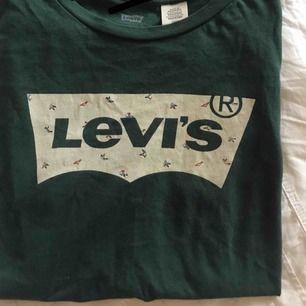 Mörkgrön Levis t-shirt   Köpt i USA för ca 250kr   Storlek S (dam)   Kan fraktas för 59 kr extra eller mötas upp i Lund/Malmö