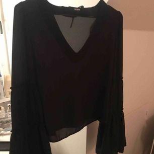 Superfin tröja med utsvänga ärmar! Från bikbok storlek XS, passar S, köpt för 200-300 kommer ej ihåg. Använd ca 5 gånger bra skick