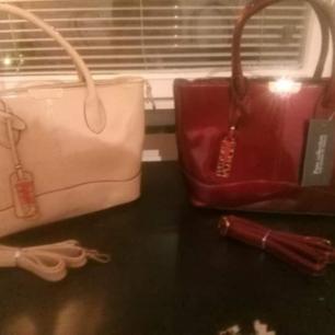 Helt oanvändna väskor som jag fick i present inte min smak Köpta i London. Kan användas både som handväska och axelväska