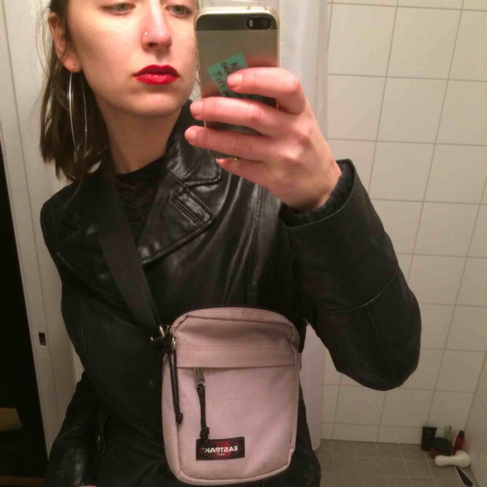 ljuslila Eastpak messenger bag. supercool väska och ovanlig färg. frakt 39 kr. . Väskor.