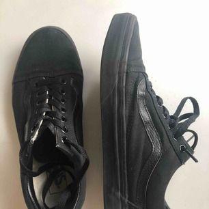 Vans Old Skool all black. Storlek 39, använd ett par ggr. Kan mötas i stockholm eller skicka, köparen betalar frakt.