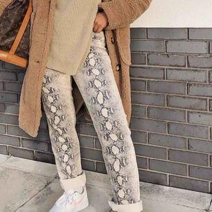 Snake print jeans från Nasty Gal, storlek 38. Rak modell, hög midja. Endast provade 1 gång, för stor storlek. Pris online 450kr, säljer för 300kr. Kan mötas i Sthlm eller skicka, köparen betalar frakt (paketet väger 600 gram)