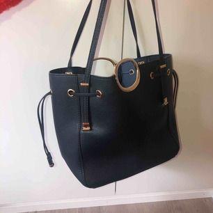 Jättefin handväska köpt på en flygplats i spanien, nypris 500.  En liten väska och långt axelband medföljer