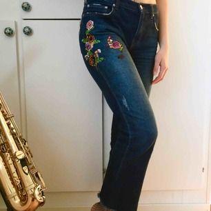 Våriga jeans från Zara! Asfina detaljer och lite croppade ben. Frakt  tillkommer  ) 1109fd9de1f45