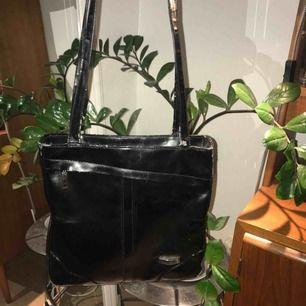 Fin svart väska, lite slitna handtag (se sista bilden). Går att ha över en axel eller korsat. Väldigt rymlig🦈