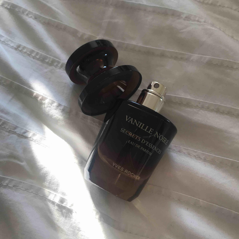 Lyxig parfym från YVES ROCHER (Secrets d'Essences, Vanille Noire) endast öppnad för att dofta. Doftar vanilj och jag gillar inte riktigt parfymer med den doften. NYPRIS: 399 kr     Kan mötas upp i Lund/Malmö. Vid frakt tillkommer 50 kr. . Övrigt.