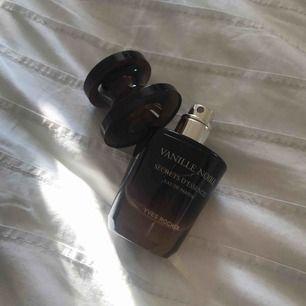 Lyxig parfym från YVES ROCHER (Secrets d'Essences, Vanille Noire) endast öppnad för att dofta. Doftar vanilj och jag gillar inte riktigt parfymer med den doften. NYPRIS: 399 kr     Kan mötas upp i Lund/Malmö. Vid frakt tillkommer 50 kr.