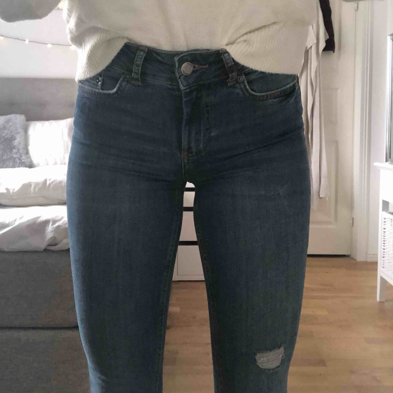 Snygga denim jeans från vero Moda, strl XS. Använda max 3 gånger.  Nypris 299kr Frakt: 59kr. Jeans & Byxor.