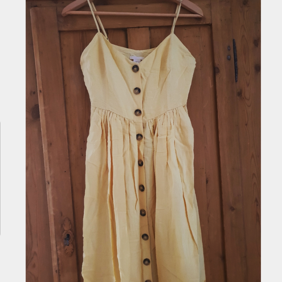 cedaa3f0b676 Så fin ljusgul klänning med knappar hela vägen ner! Det är en långklänning  som går ...