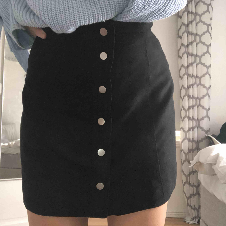 Svart kjol i mocka imitation. Använd 1 gång. Frakt: 39kr. Kjolar.