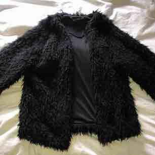 Jag säljer nu min snygga o knappt använda svarta pälsjacka.  Frakt: 55kr. Jackor.