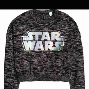 Superfin och frän Star Wars tröja från H&M i storlek S! Använd väldigt få gånger så i superbra skick! FRI FRAKT!!💘💘🤠
