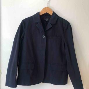 Mörkblå vårjacka/blazer från COS i storlek 34! Aldrig använd!!🌸🌸 Ursprungspris: ca 800 kr