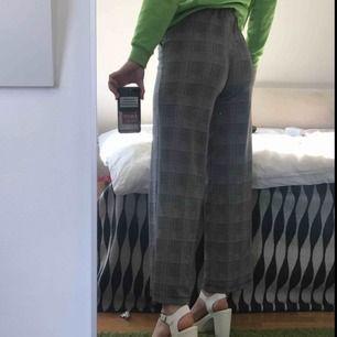 Supersköna byxor från Gina Tricot. Tyvärr aldrig fått användning för dom så dom är praktiskt taget nya. Kan mötas upp i Lund/Malmö eller frakta för 50kr extra.
