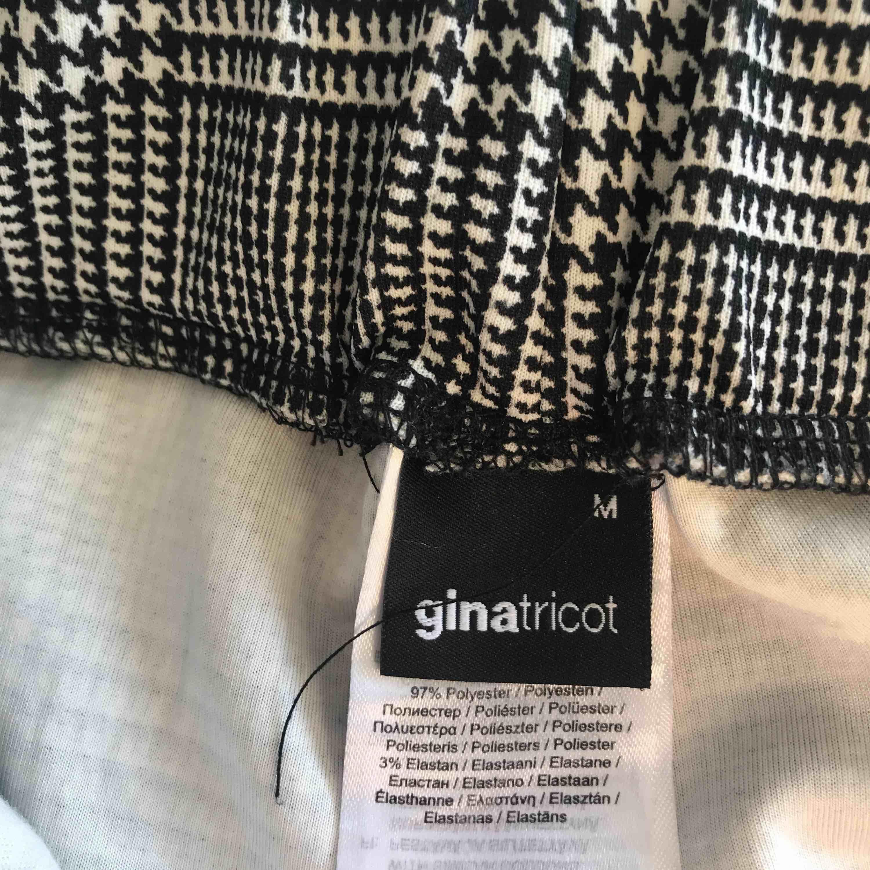 Supersköna byxor från Gina Tricot. Tyvärr aldrig fått användning för dom så dom är praktiskt taget nya. Kan mötas upp i Lund/Malmö eller frakta för 50kr extra. . Jeans & Byxor.