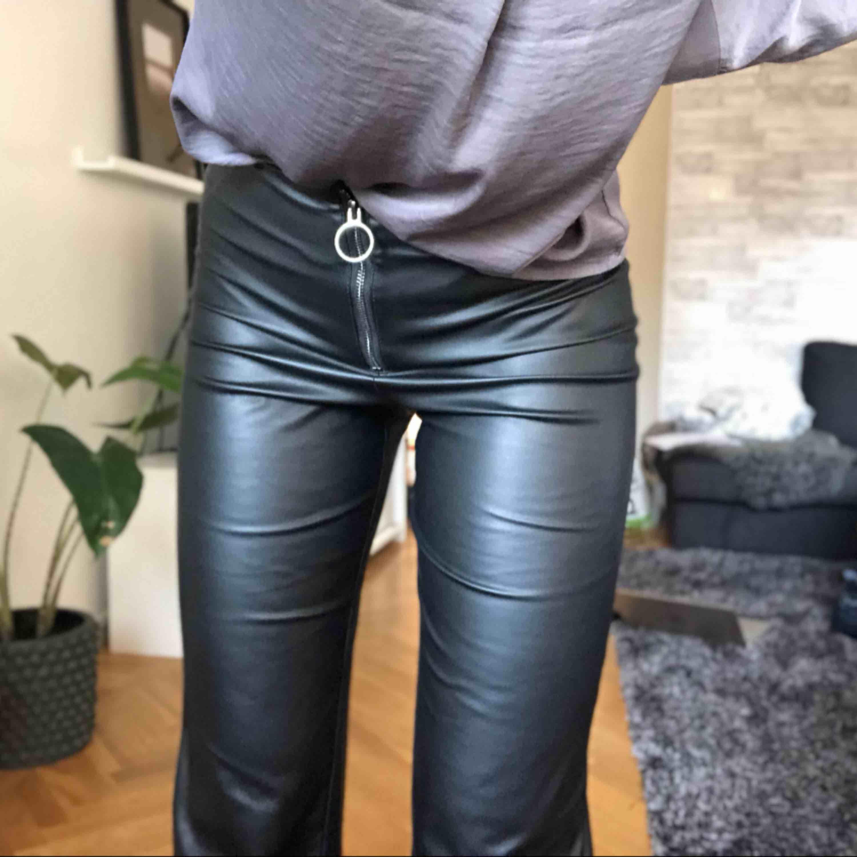 Byxor i skinnimitation! 170kr + frakt 20kr vid snabb affär! Annars går frakt på 50kr 🌸 byxorna är i storlek 34 men är absolut perfekta på för personer i storlek s!. Jeans & Byxor.