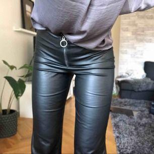 Byxor i skinnimitation! 170kr + frakt 20kr vid snabb affär! Annars går frakt på 50kr 🌸 byxorna är i storlek 34 men är absolut perfekta på för personer i storlek s!