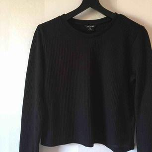 Svart croppad tröja från Monki   Oanvänd