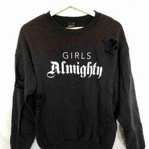 Sweetshirt ifrån Gina tricot med lite slitningar/hål på lite olika ställen, står storlek XS men passar mig bra som är S Köparen står för frakten!!!