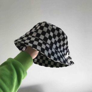 Rutig buckethat från ASOS som tyvärr aldrig riktigt kommit till användning.