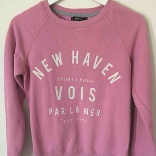 en rosa sweatshirt från Ginatricot ,super fint skick pris kan diskuteras vid snabb affär köparen står för frakten