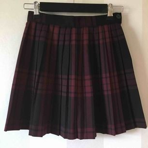 Vinröd/svart plisserad kjol från Monki   Sparsamt använd   Knapp och dragkedja i sidan   Frakt tillkommer på 36kr