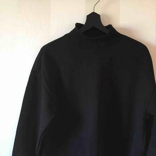 Svart croppad tröja från Monki   Sparsamt använd  
