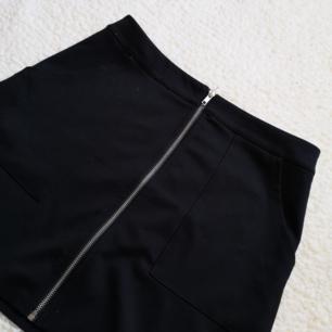 Söt kjol med dragkedja hela vägen och fickor! Står S i den men passar mig som brukar ha M! 🌼