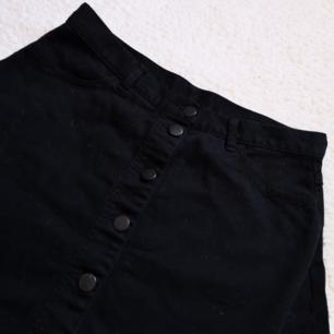 Kjol med knappar hela vägen, aldrig använd! 🌼 Står 42 i den men den är mer som en medium i midjan, man kan ha skärp i den också!