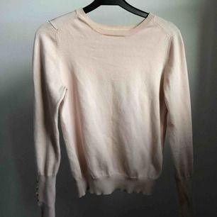 En långärmad tröja från Forever 21. Har guldiga knappar på slutet av ärmen. Om man inte kan mötas upp i malmö/lund så tillkommer frakt!