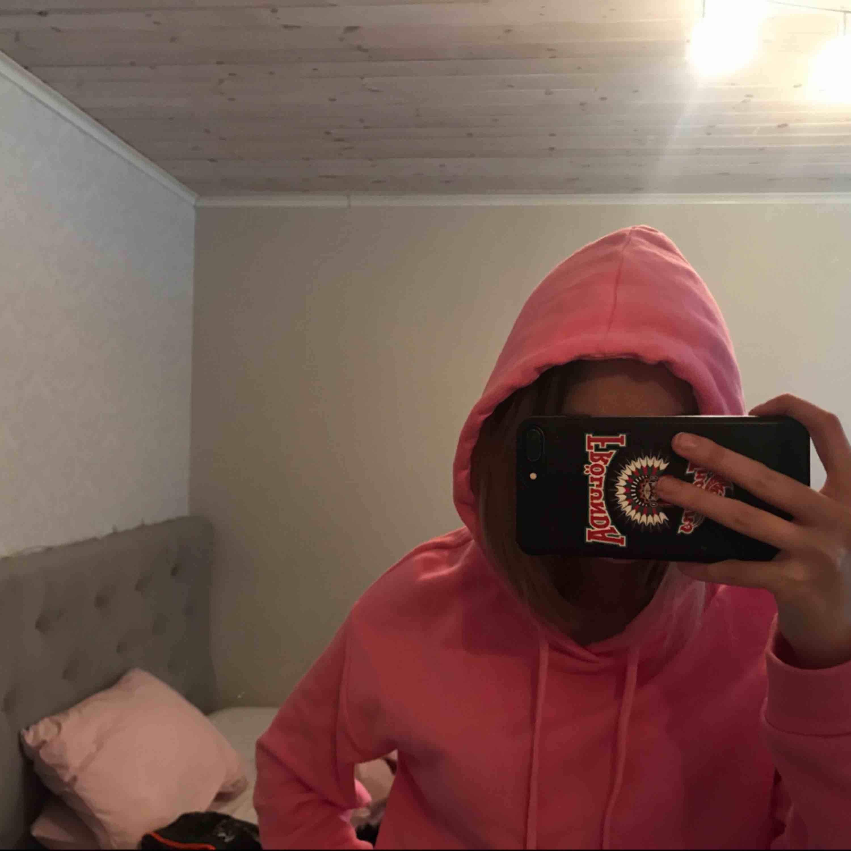 Säljer en fin rosa hoodie från Cubus, nästan oanvänd. Huvtröjor & Träningströjor.