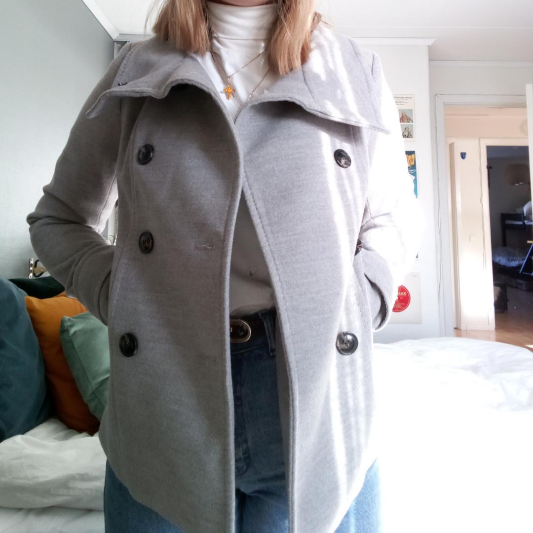 Jättefin jacka köpt på H&M, knappt använd så är i väldigt fint skick! Alla knappar finns kvar. Köparen står för frakt! 💜. Jackor.