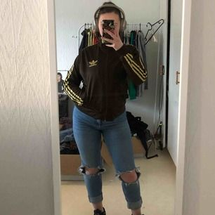 Sviiin cool brun adidas zip up med guldiga ränder och halv polo!!! Har inte sett en likadan innan, you neeeeed this🤪😍  skriv om du har några frågor! :) Frakt: 56kr