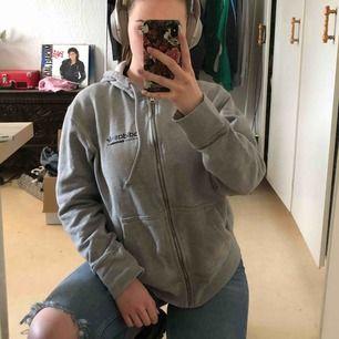 Dopeee grå adidas zip up med as coolt tryck på baksidan!! Såååå snyggt med blåa jeans och helsvarta sneakers. (Unisex) fett bra present också Skriv om du har några frågor! :) Frakt: 56kr