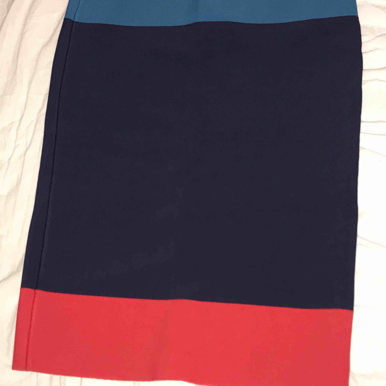 Helt oanvänd kjol från BCBGMAXAZRIA , sjukt snygg men för liten för mig redan när jag köpte den. Butikspris: 2200kr. Kjolar.